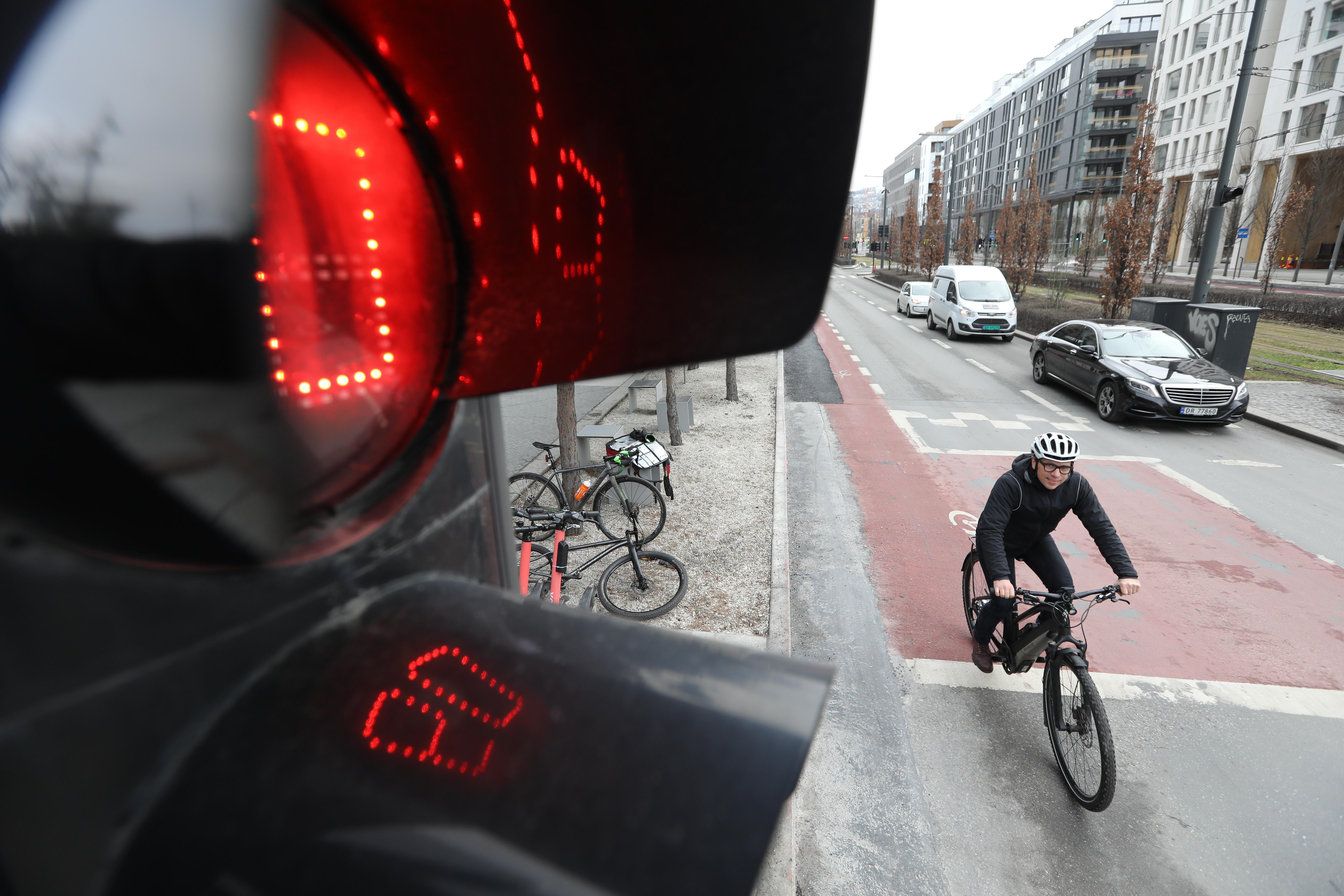 099A1610-trafikklys-close-Remi-starter-ut-av-krysset (1)-1